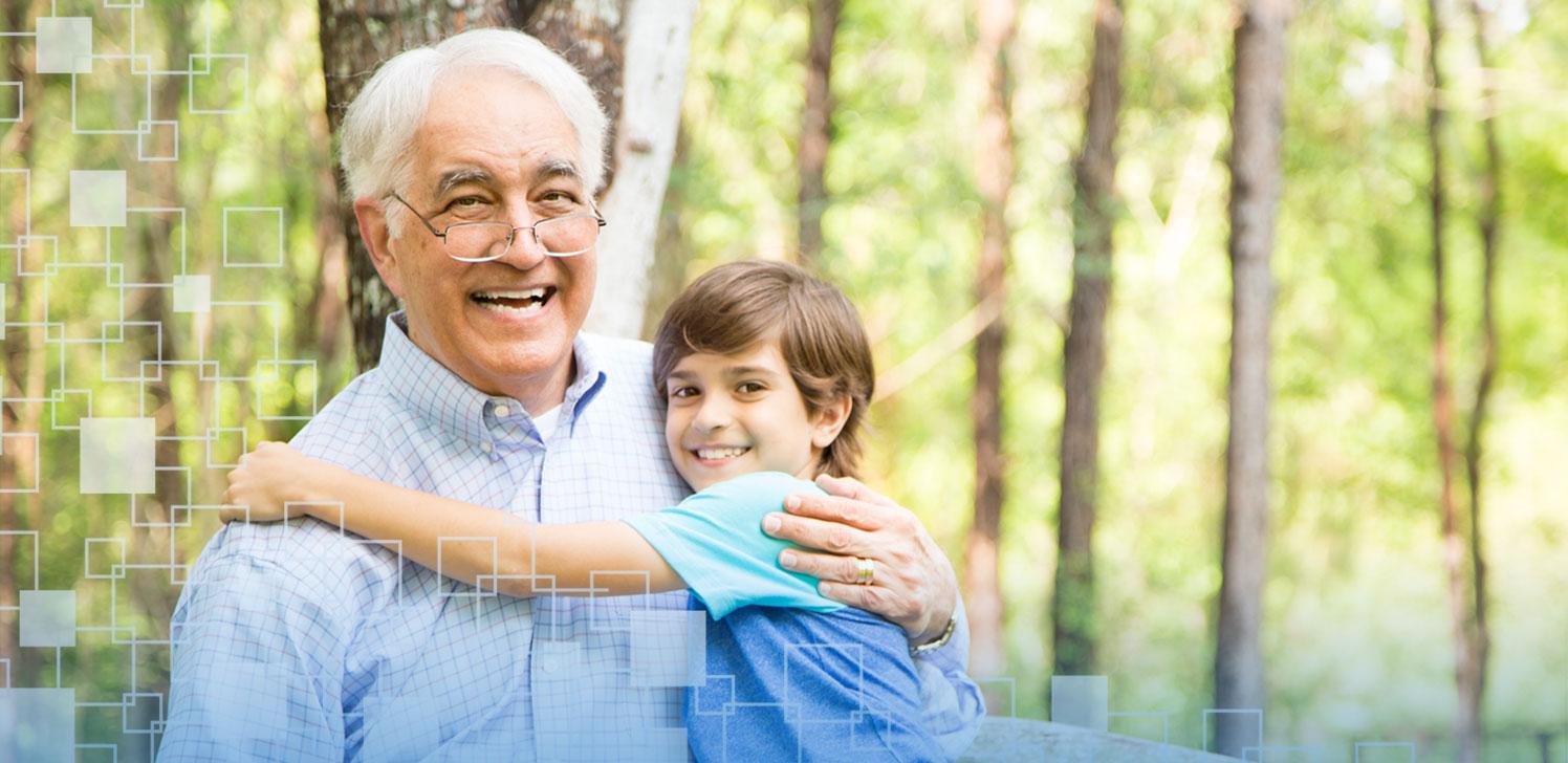 Jubilado disfruta del aire libre y recibe un abrazo de su nieto