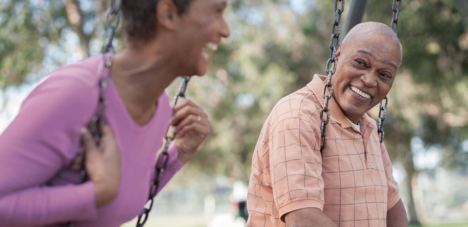 Jubilados disfrutan de un rato juntos en los columpios del parque